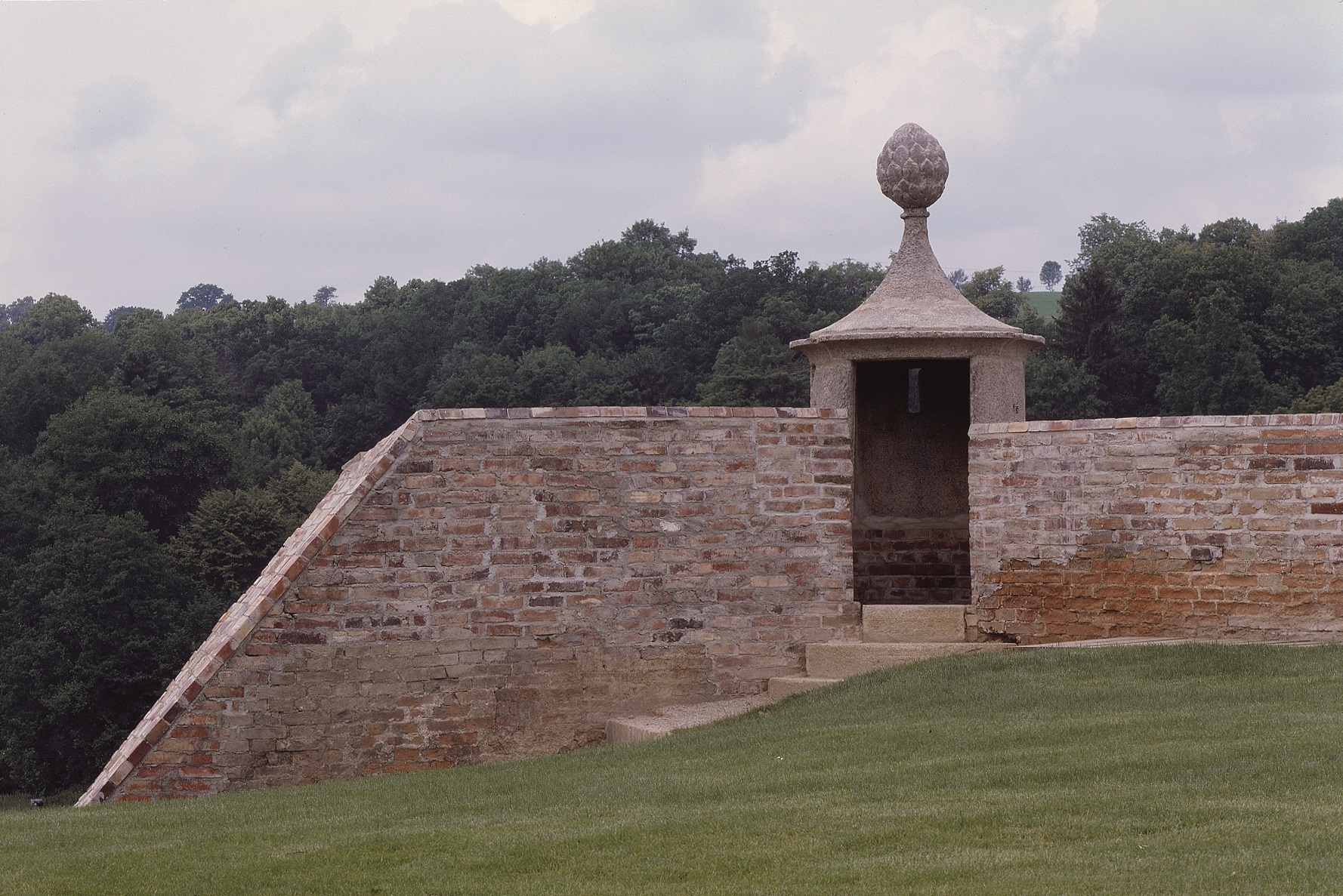 Opravený bastion vopevnění Chebského hradu