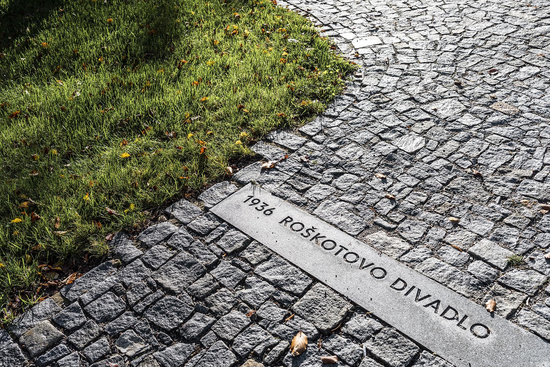 Park ukostela Nanebevzetí Panny Marie vÚstí nad Orlicí. Vchodníku jsou kamenné prahy se záznamy významných událostí zhistorie města.