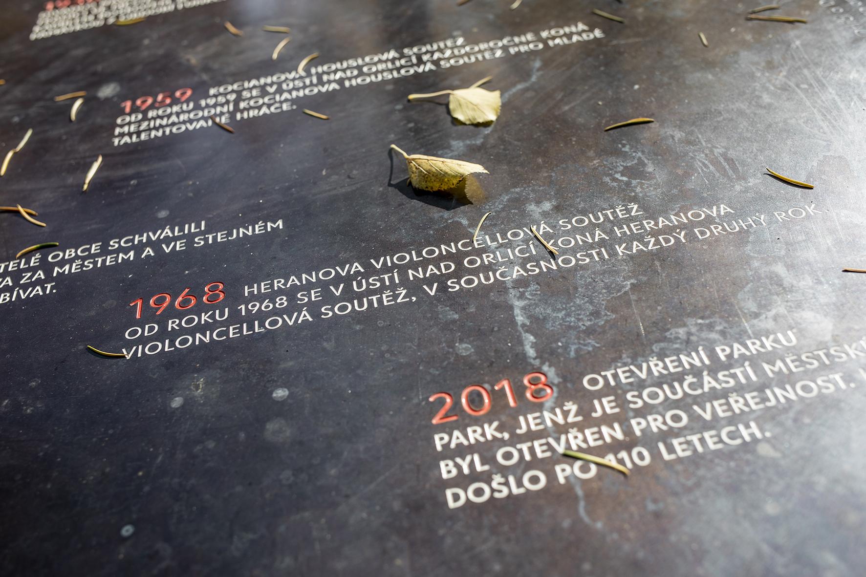 Park ukostela Nanebevzetí Panny Marie vÚstí nad Orlicí, stůl spamětní deskou – detail