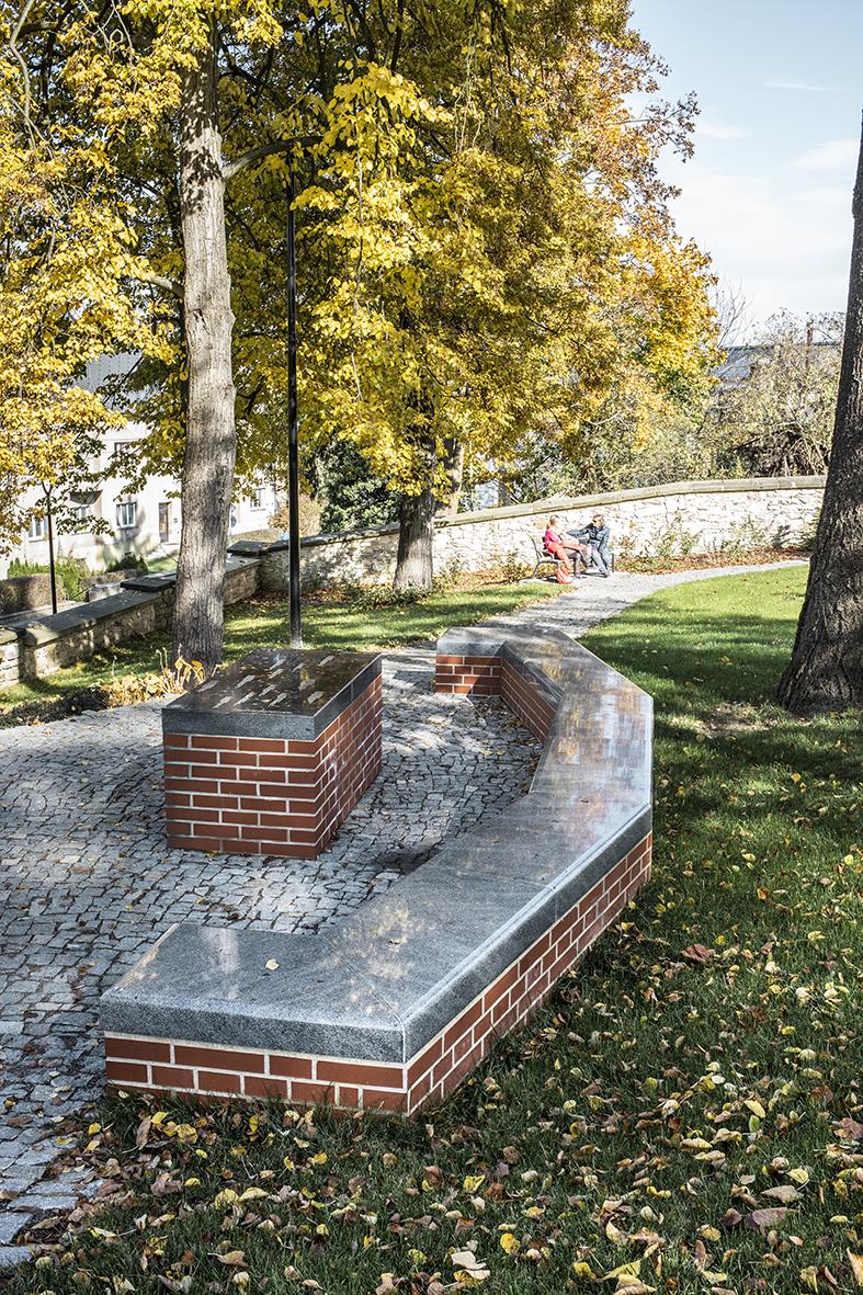 Park ukostela Nanebevzetí Panny Marie vÚstí nad Orlicí, nově vzniklá lavice astůl spamětní deskou